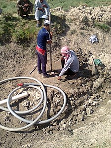 Drilling a hand dug well inside the river 02.jpg