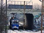 E1 tram entering Kopiec Wandy track loop, 2016 II.JPG