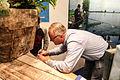 Ed Stoop geeft handtekeningen weg aan jeugd visma.jpg