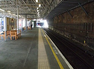 Edgware tube station - Image: Edgware station platform 3 look north