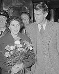 Edmund HIllary and wife with flowers in 1953 Amsterdam train station detail, from- Aankomst Hillary ( Mount Everest beklimmer) te Amsterdam, Bestanddeelnr 906-1044 (cropped).jpg