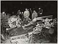 Een neergestort vliegtuig van de Koninklijke Marine, de Firefly, bij de oostelijke tunnel van het circuit. De piloot werd zwaar gewond. 13 januari 1953. NL-HlmNHA 54010294.JPG