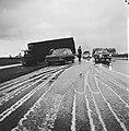 Een vrachtwagen is gedeeltelijk van de weg geraakt, Bestanddeelnr 926-8530.jpg