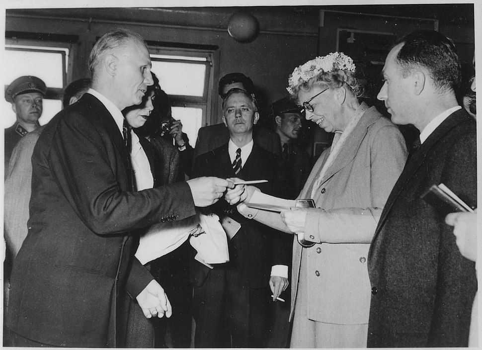 Eleanor Roosevelt and the Hungarian Freedom Fighters at Camp Roeder in Salzburg, Austria - NARA - 195987.jpg