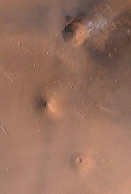 Die Vulkane der Elysium-Region. Von oben nach unten: Hecates Tholus, Elysium Mons, Albor Tholus.