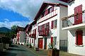 Espelette - Rue avec maisons typiques basques.JPG