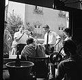 Feestgangers en muzikanten bij de ingang van een wijnbedrijf, Bestanddeelnr 254-3902.jpg