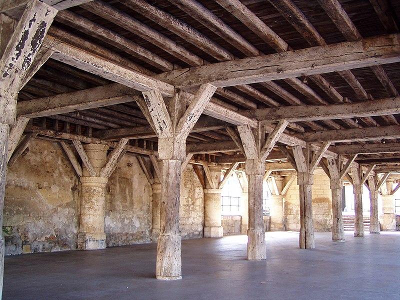 Photographie de l'intérieur des halles de Fère-en-Tardenois, prise le 17 octobre 2006 par Accrochoc.