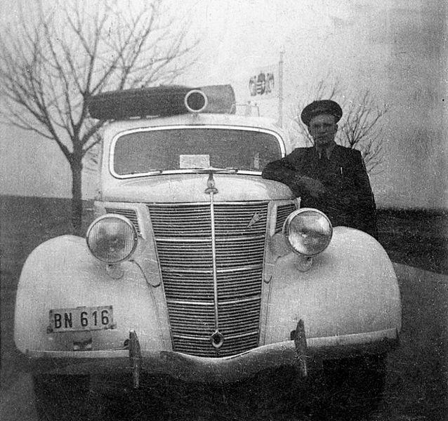 File:Ford-V8 mentőautó. Fortepan 6719.jpg