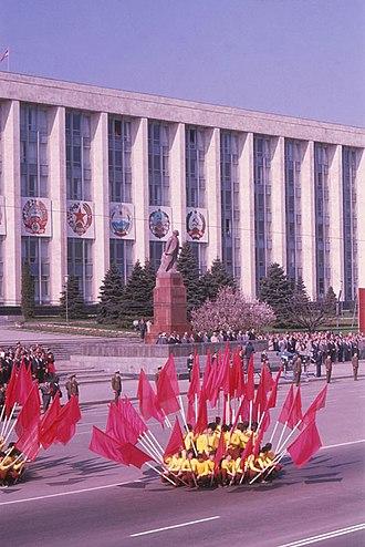 Government House, Chisinau - Image: Former Chisinau (1980). (13887566091)