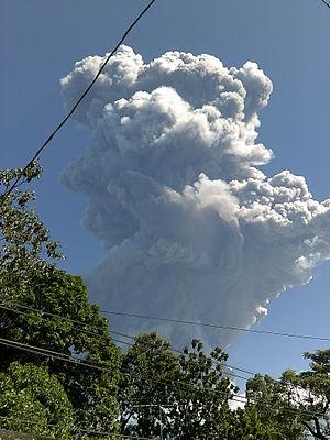 San Miguel (volcano) - Image: Fumarola 4 ó 5 minutos después de iniciado la erupción del 29 de diciembre de 2013. Desde San Rafael Oriente, San Miguel