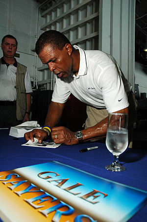 Gale Sayers - Sayers signing autographs in 2005