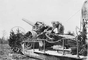 17 cm SK L/40 i.R.L. auf Eisenbahnwagen - Laying the gun before firing, France 1918