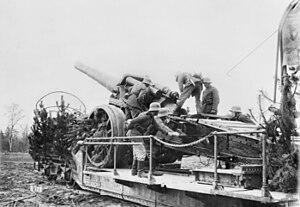 17 cm SK L/40 i.R.L. auf Eisenbahnwagen - Laying the gun before firing, France 1918