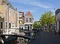 Gouda, straatzicht op de Lange Tiendeweg met 't Kaaswinkeltje en 't Grendeltje RM16837 foto4 2017-04-30 09.59.jpg