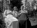 Gruppbild av två kvinnor och en flicka på en bänk - Nordiska Museet - NMA.0057522.jpg