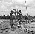 Het aanbrengen van springstof op het terrein van de Surinaamse Bauxiet Maatschap, Bestanddeelnr 252-6577.jpg