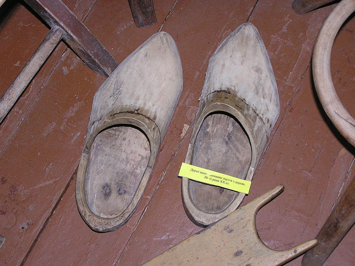 Взуття — Вікіпедія 365f8cd013a36