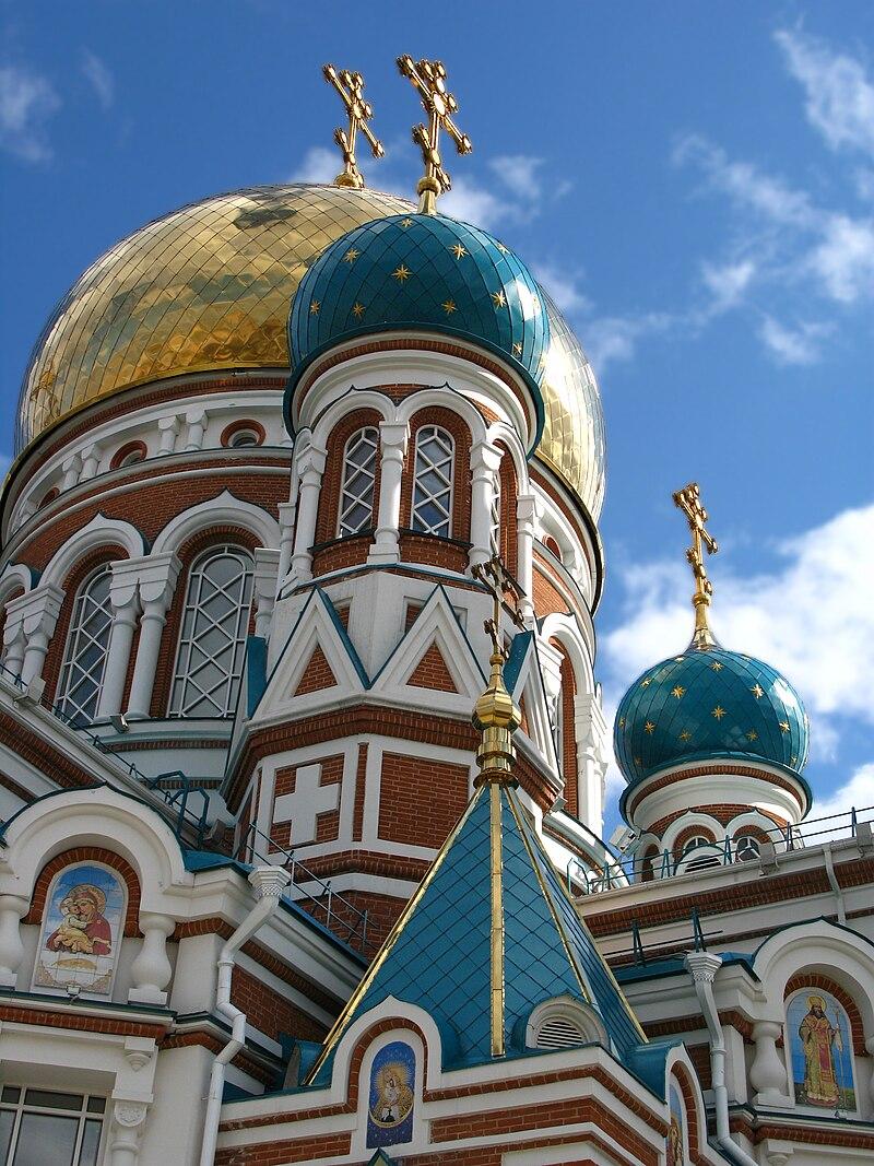 La cathédrale de la Dormition d'Omsk, ville du sud-ouest de la Sibérie, en Russie.  (définition réelle 2736×3648)