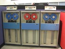 A képen az IBM mágnesszalagokat láthatunk.