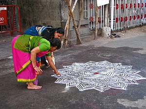 Vrata - Image: India Sights & Culture Women drawing an intricate kolam outside the Mylapore Temple (2278407131)