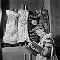 Joodse jongen met een keppeltje op,een gebedsmantel om en voorzien van gebedsrie, Bestanddeelnr 255-4699.jpg