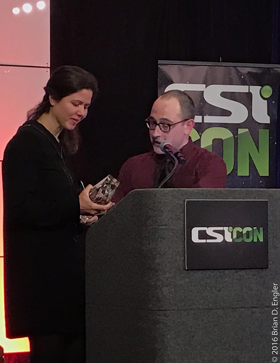 Julia Belluz receives CSI Balles Award for 2016 from Paul Fidalgo