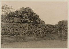 KITLV 40018 - Kassian Céphas - Reliefs on the terrace of the Shiva Temple east of the stairs to the Guru Chapel of Prambanan near Yogyakarta - 1889-1890.tif