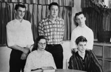 Фотография Качиньского в старшей школе с тремя мальчиками и девочкой.
