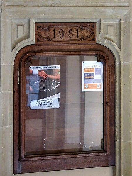 Informatiounskëscht mat der Joreszuel 1981 an der Kierch zu Steesel.