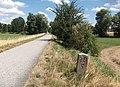 Kilometerstein 10,5 der ehem. Bahnstrecke nach Demantsfürth - panoramio.jpg