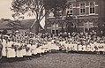 Kindertjes met Pastoor Floor en pastoor G. van Noort.jpg
