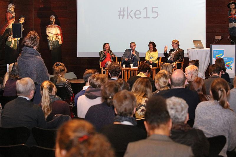 File:Konferenz Zugang gestalten 2015, Podium Zukunft der Partizipation 3.jpg