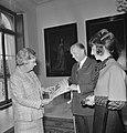 Koningin Julia ontvangt eerste exemplaar Koningin Juliana 1925-1965 uit handen, Bestanddeelnr 926-6799.jpg