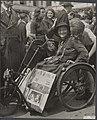Koningin Wilhelmina terug in Den Haag op paleis Noordeinde. Invalidenwagens, get, Bestanddeelnr 014-0590.jpg