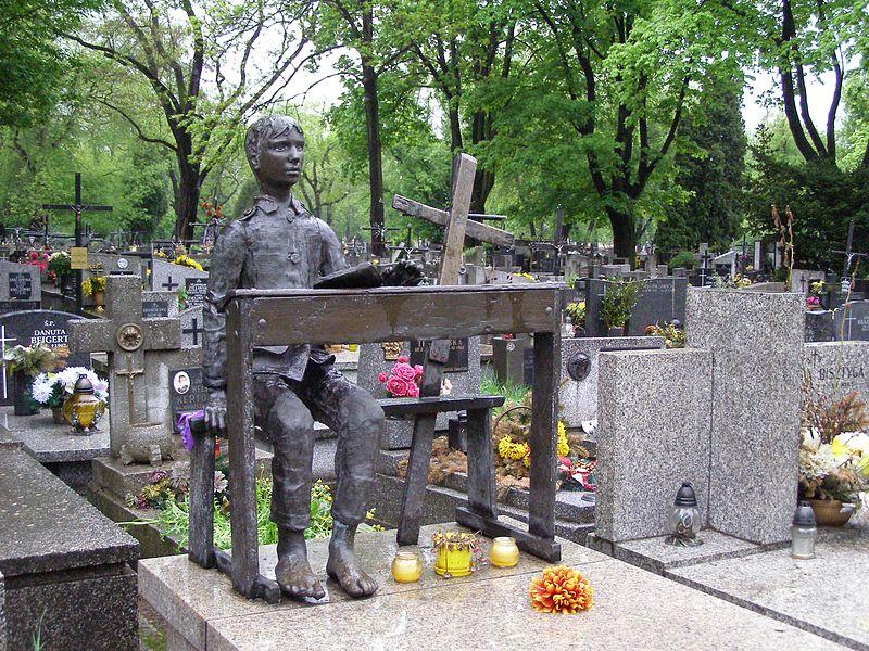 Stèle funéraire de metteur en scène Tadeusz Kantor au cimetière Rakowicki à Cracovie.