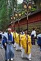 L'Emblème des Tokugawa dans la procession Hyakumono-Zoroe Sennin Gyoretsu (Shunki reitaisai, Nikko) (42470393134).jpg