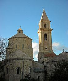 La cattedrale dell'Assunta e il battistero nel centro storico di Ventimiglia Alta