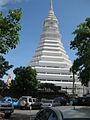 La nueva estupa de Wat Paknam Bhasicharoen.jpg