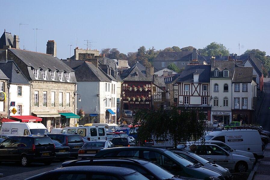 Lamballe in der Bretgane, Frankrich. Der Marktplatz in der Mitte des Bildes steht das Museum (geotags in den exif-Daten).