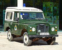 https://upload.wikimedia.org/wikipedia/commons/thumb/9/9f/Land-Rover_Santana_88_Guardia_Civil.JPG/220px-Land-Rover_Santana_88_Guardia_Civil.JPG