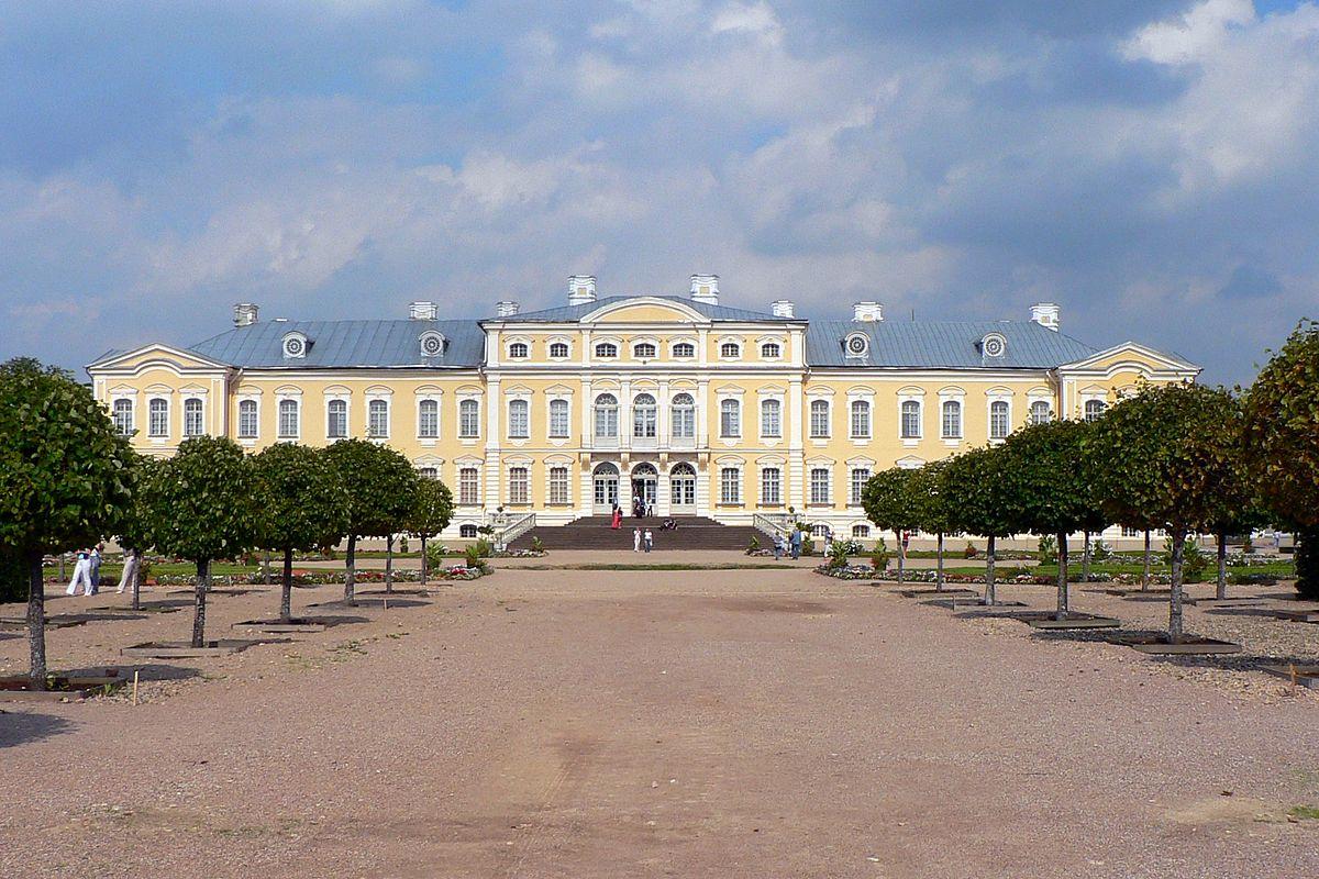 1200px-Latvia_Rund%C4%81le_palace_1.jpg