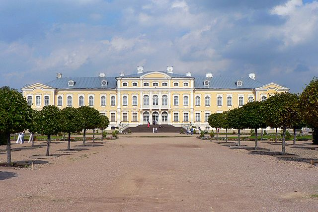 Rundale Palace By Wojsyl (Own work) [GFDL (https://www.gnu.org/copyleft/fdl.html), CC-BY-SA-3.0 (https://creativecommons.org/licenses/by-sa/3.0/) or CC-BY-SA-2.5 (https://creativecommons.org/licenses/by-sa/2.5)], via Wikimedia Commons