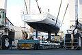 Levage d'un voilier d'une remorque avec un portique automoteur (6).JPG