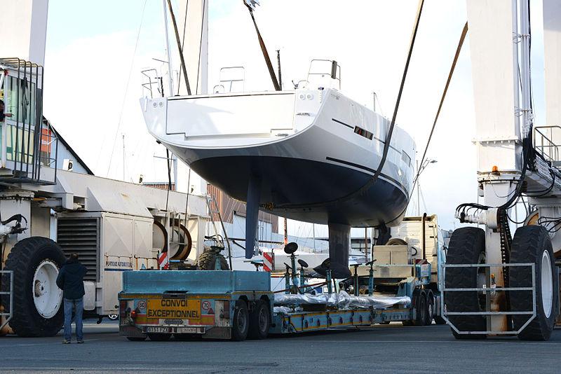 File:Levage d'un voilier d'une remorque avec un portique automoteur (6).JPG