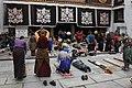 Lhasa-Jokhang-28-Pilger am Eingang-2014-gje.jpg