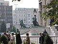 Lions at the front of the Hungarian Parliament Building 2005 - panoramio.jpg