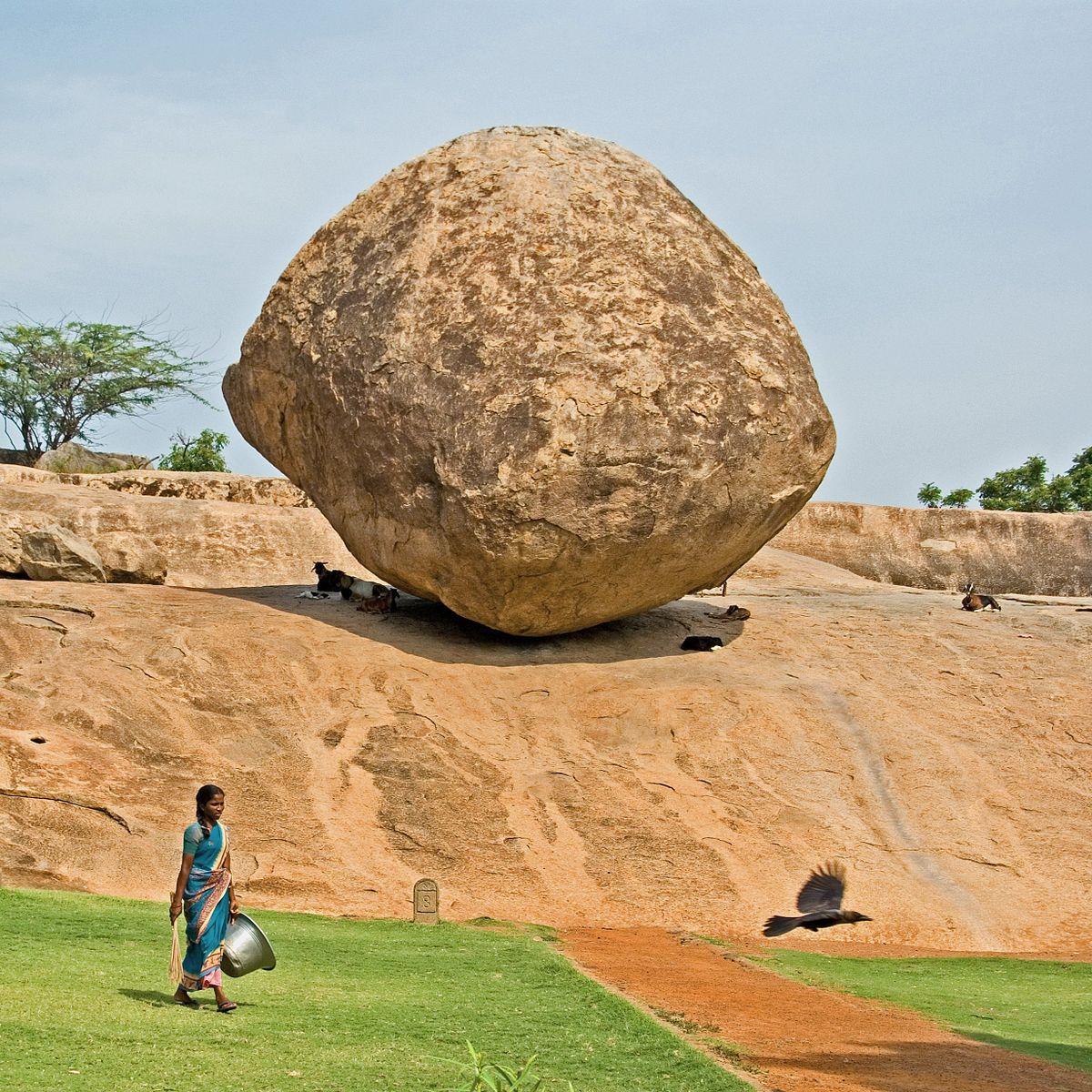 Hòn đá nặng 250 tấn nằm trên sườn dốc hàng nghìn năm, thách thức các định luật vật lý - ảnh 2.
