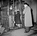 Man en een meisje tijdens het betreden van de lift, Bestanddeelnr 252-9344.jpg