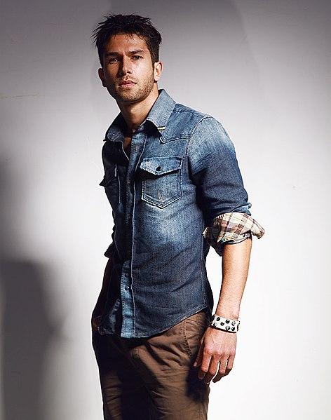 File:Man wearing blue denim shirt with rolled sleeves, tan chinos 2.jpg